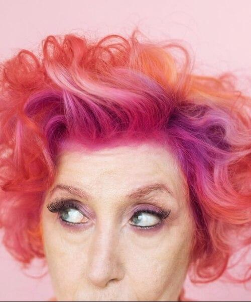 Peinados de goma rosa chicle para mujeres mayores de 50 años