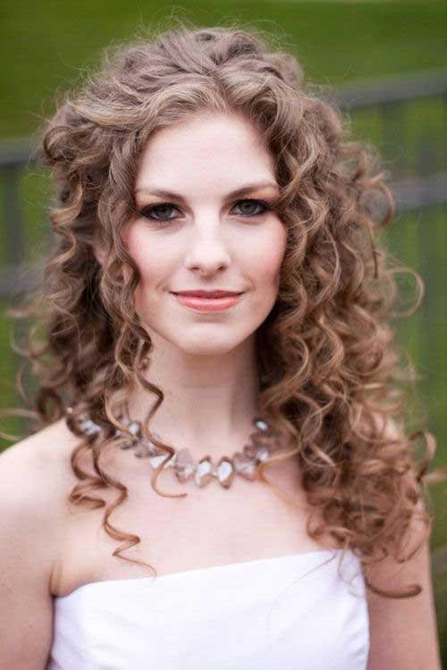 Peinado bellamente fijado para el pelo rizado
