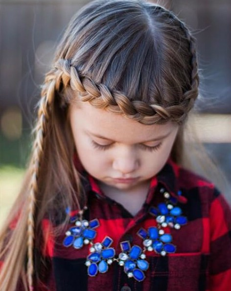 trenza de encaje pasando por la frente peinados de niña