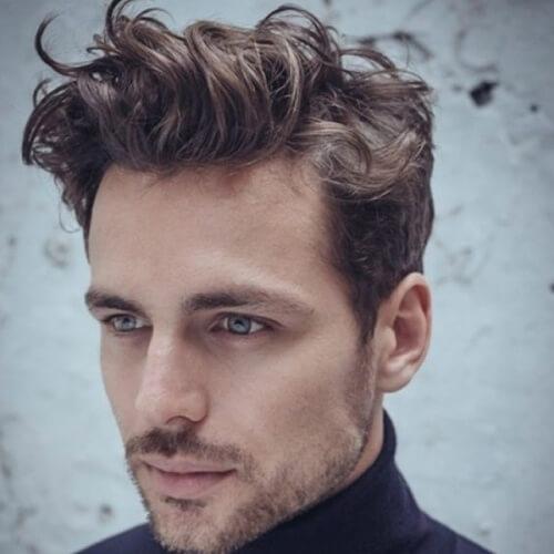 Peinados rizados para hombres con líneas rectas