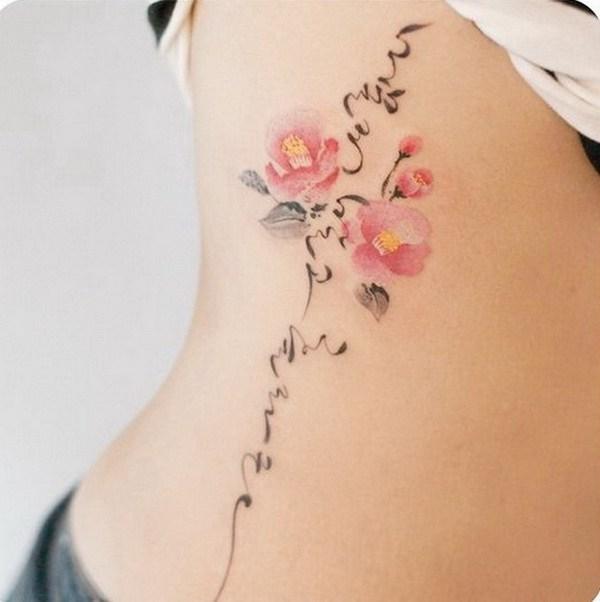 Tatuaje de caligrafía de Camelia y Corea del lado.