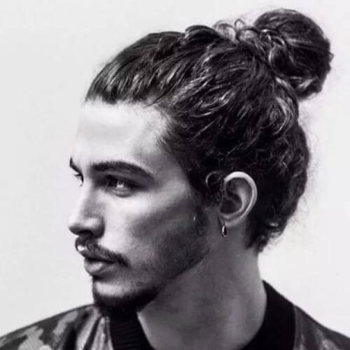 Peinado de moño de hombre rizado