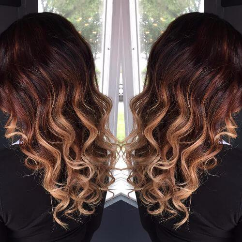 ombre caramelo en el pelo largo ondulado