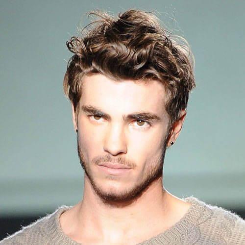 Peinados ondulados gruesos ondulados para hombres
