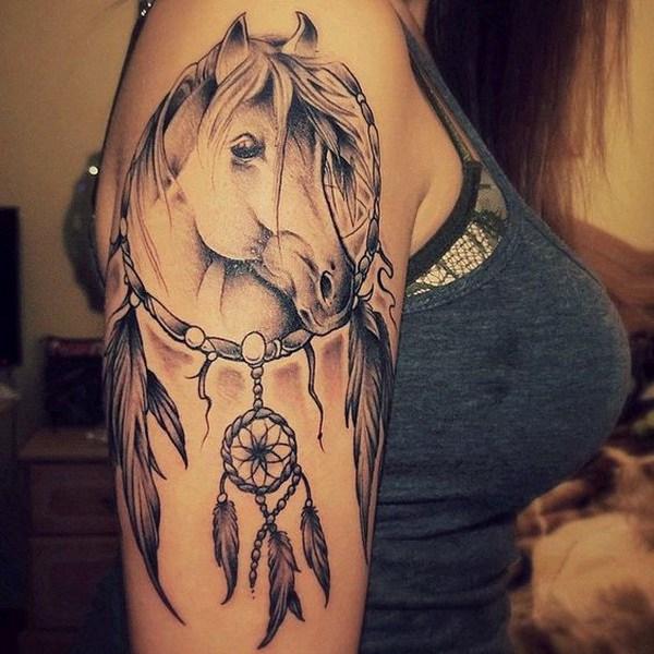 Tatuaje de atrapasueños de caballo en el brazo.