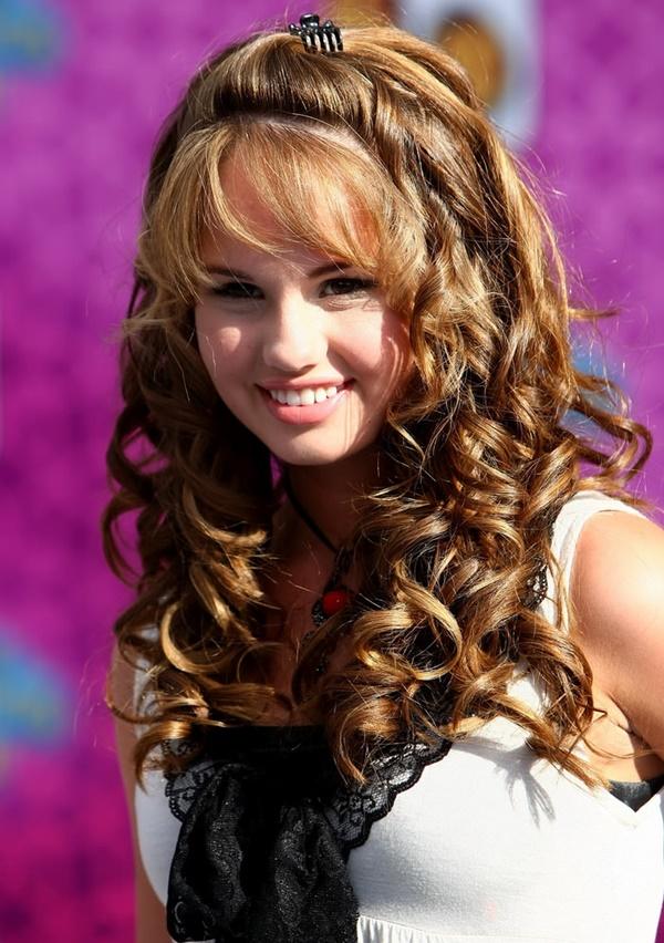 HOLLYWOOD - 12 de agosto: la actriz Debby Ryan llega al estreno de Disney Channel