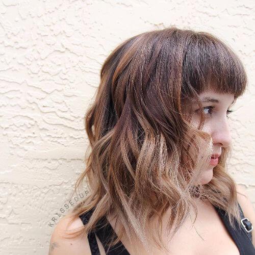 Corte de pelo lob en cabello caramelo con reflejos rubios oscuros