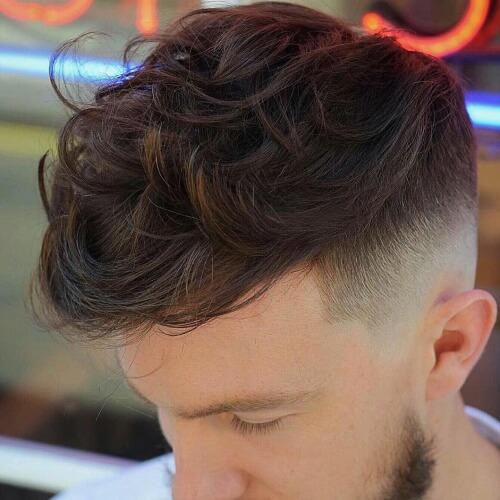Peinados largos de alto desvanecimiento para hombres con cabello ondulado