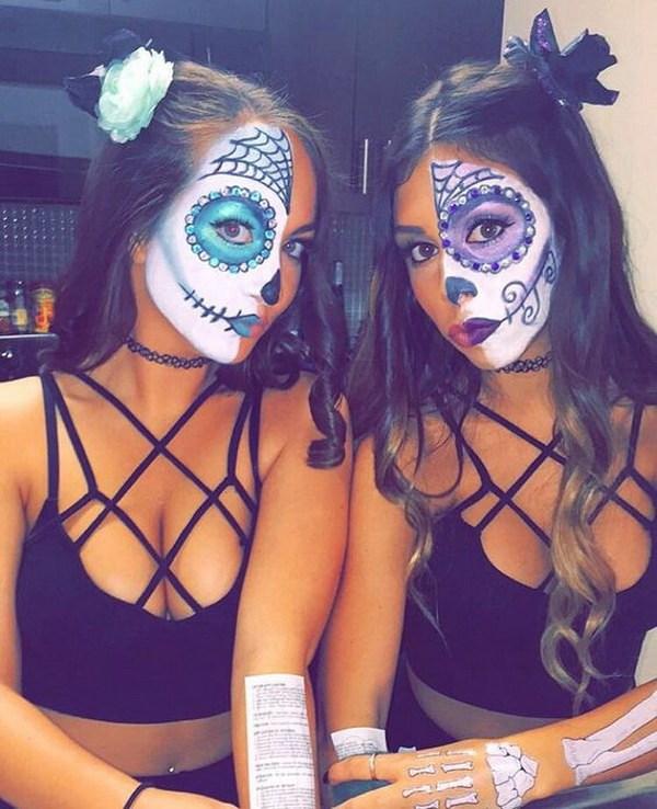 Sugar Skull Half Face Painting.  El maquillaje de calavera de azúcar es una elección obvia y una tradición para tus disfraces de halloween.  Solo necesitas pintar la mitad de tu cara como una calavera y la otra mitad simplemente vestida.