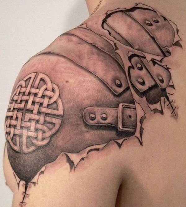 Celtic Armor Tattoo en hombro para hombres.