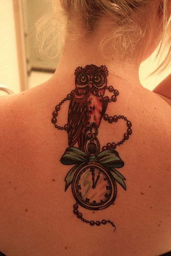 Owl Back Tattoo with Clockwork.  Más a través de https://forcreativejuice.com/attractive-owl-tattoo-ideas/