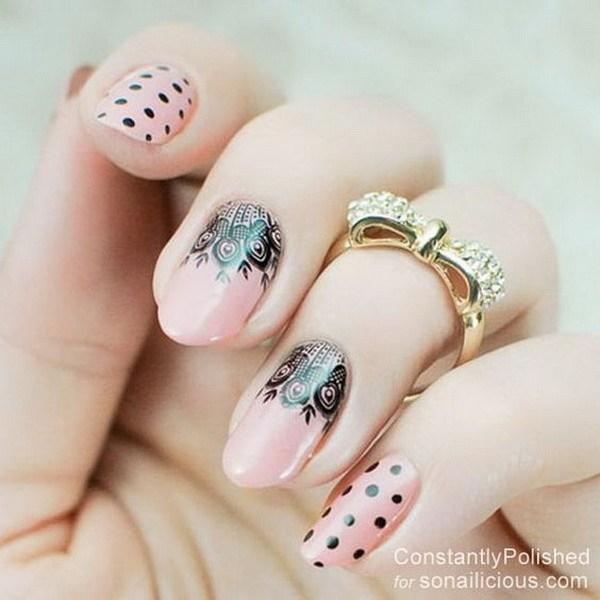 Encaje de uñas con lunares.