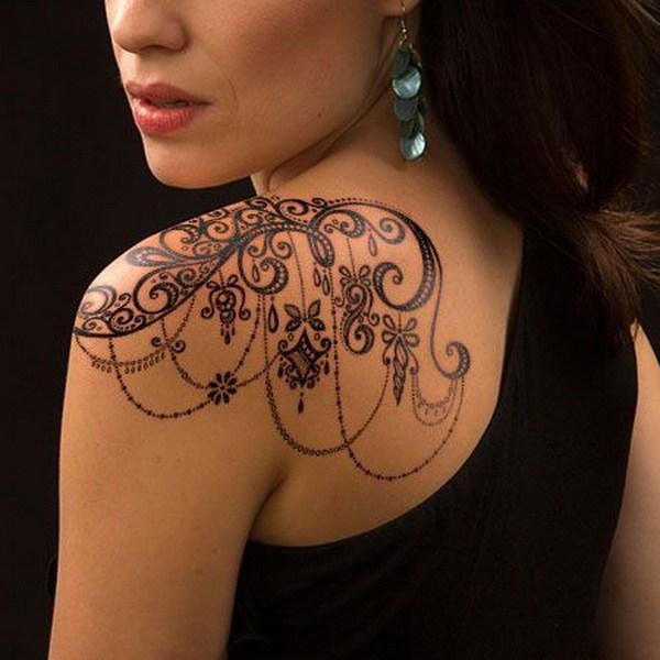 Tatuaje de encaje para mujer en hombro.