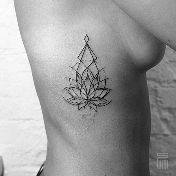 Tatuaje de loto geométrico en el lado.