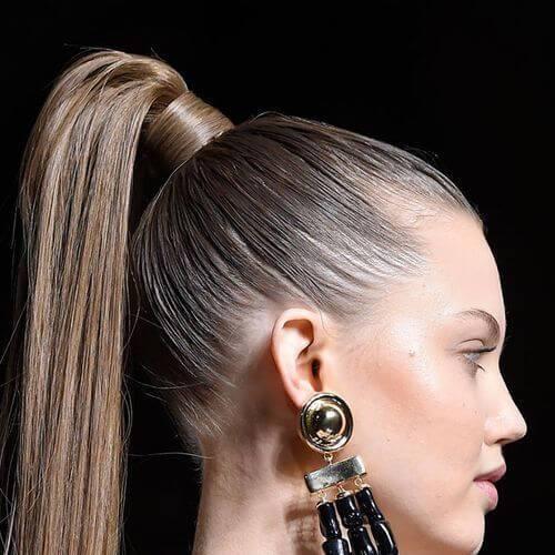 peinados de cola de caballo alta para cabello lacio