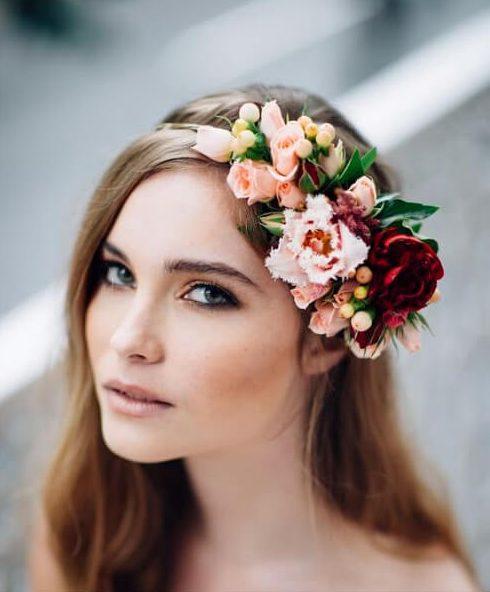 peinados de boda de pieza floral frontal para cabello largo