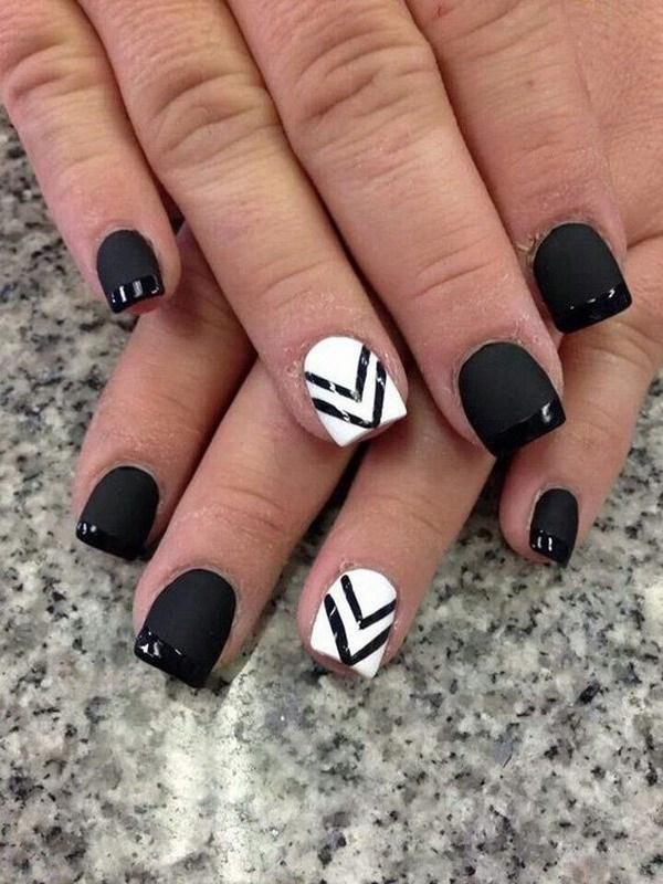 Uñas blancas y negras con líneas de Chevron.