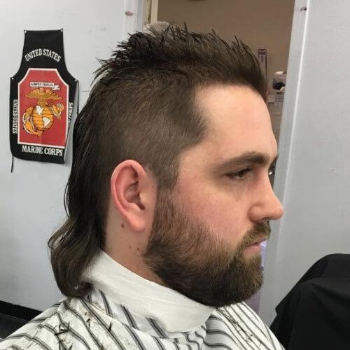 Top puntiagudo con peinado hacia atrás que fluye