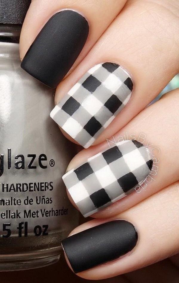 Diseño de arte de uñas de blanco y negro de cuadros.