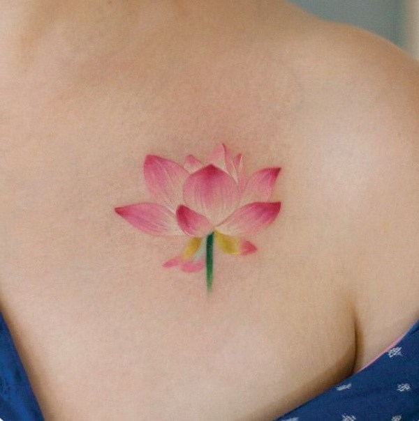 Lotus Flower Tattoo en el hombro.