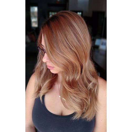 color de pelo de caramelo de cobre en el pelo largo y liso