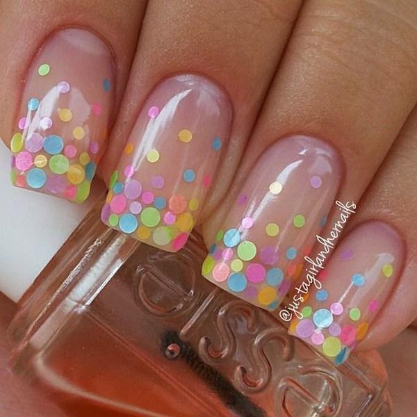 Lunares coloridos en esmalte de uñas desnudo.  (a través de forcreativejuice.com)