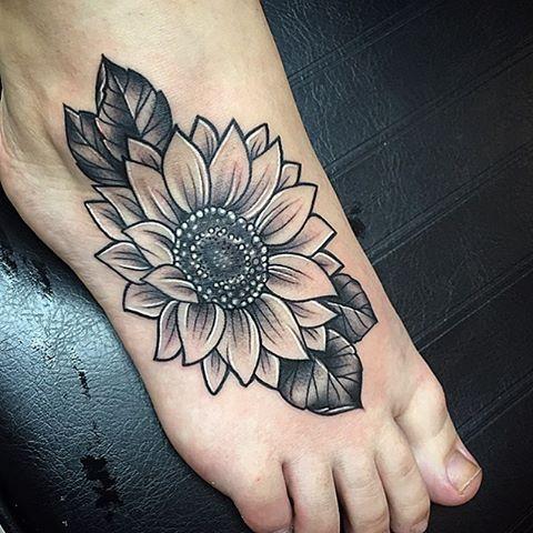 Tatuaje de girasol negro y gris.