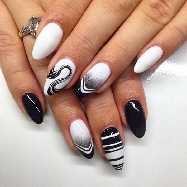 Uñas de almendra en blanco y negro.