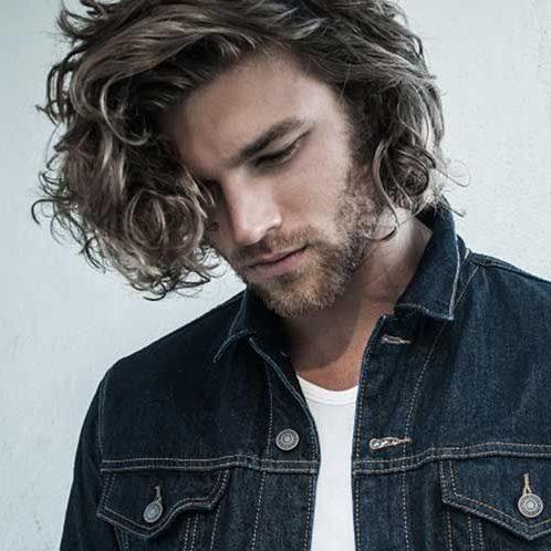 rizos sueltos con reflejos peinados de longitud media para hombres