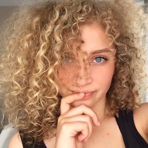 fino cabello rubio rizado