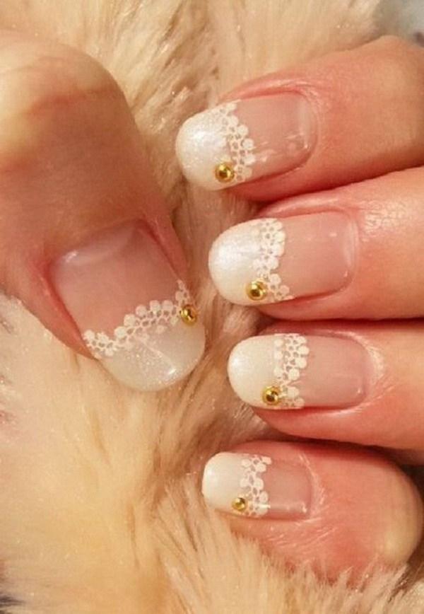 Las uñas de encaje blanco con cuentas de oro en acento.  Esto es perfecto para el diseño de uñas nupciales de la boda.