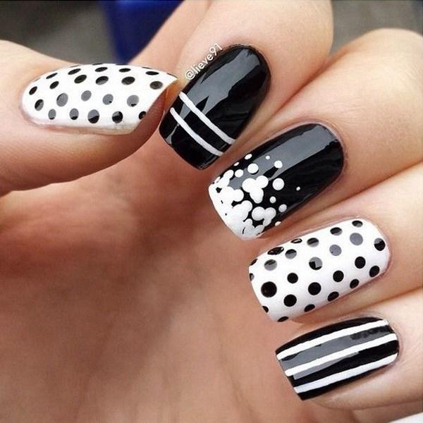 Uñas blancas y negras con puntos Lotsa y Crazy Stripes.