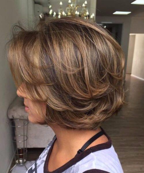 Peinados de bob de longitud de mentón gruesos y largos en capas para mujeres mayores de 40 años