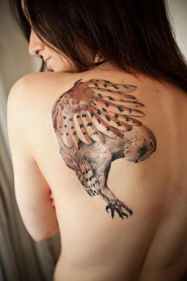 Tatuaje Original Flying Owl en el hombro izquierdo trasero.  Más a través de https://forcreativejuice.com/attractive-owl-tattoo-ideas/
