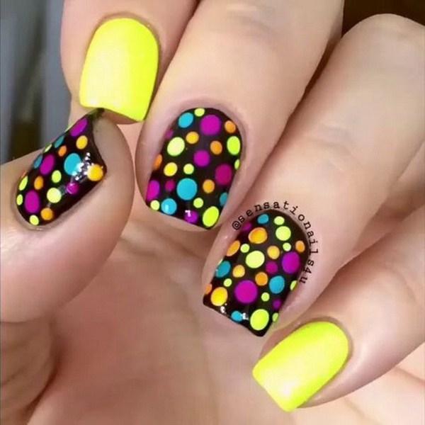 Colorido polka dot Nail Art.  (a través de forcreativejuice.com)