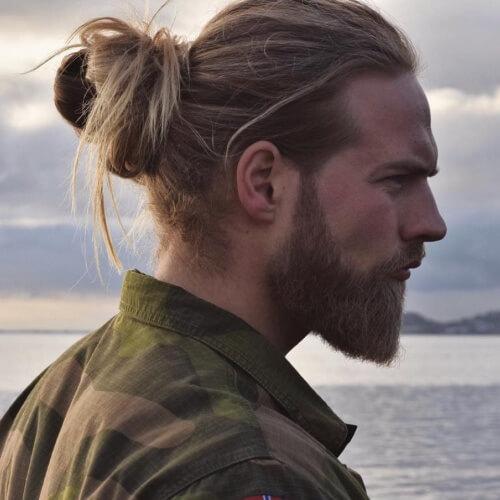 Man Bun Blonde Hairstyles para hombres