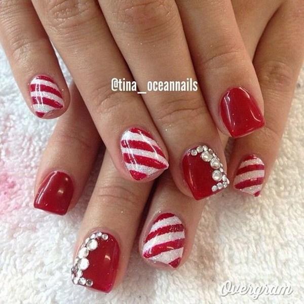 Arte de uñas de Navidad rojo y blanco.
