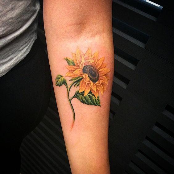 Tatuaje de girasol en el brazo interno.