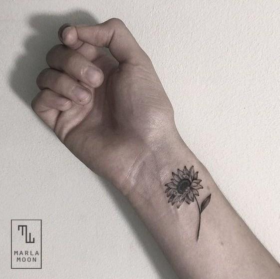 Tatuaje de brazo de girasol negro y gris vintage. ¡Guapo!