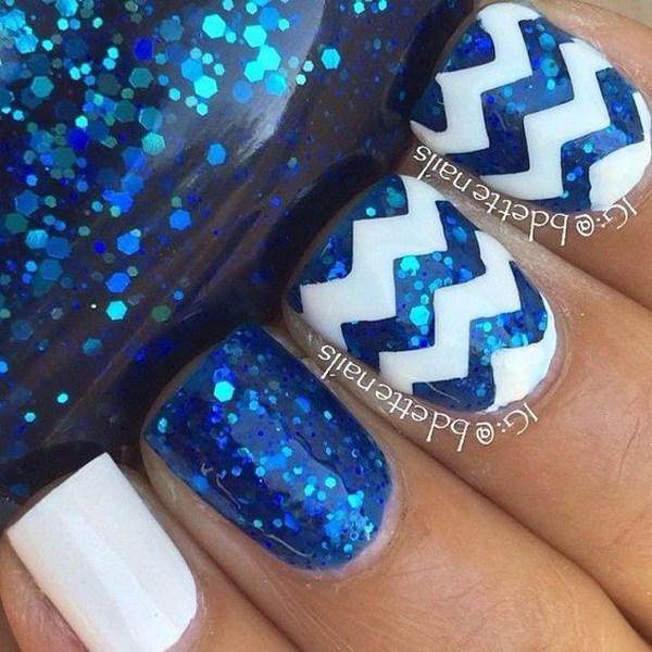 Lentejuelas azules y uñas blancas con diseño de Chevron.