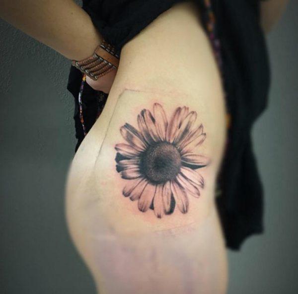 Una pieza de cadera --- Tatuajes de girasol.