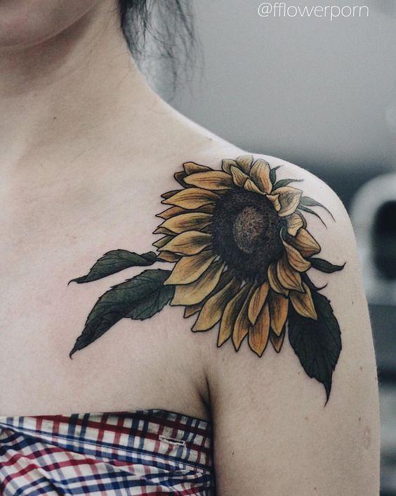 Tatuaje de parte superior del hombro con diseño de girasol.