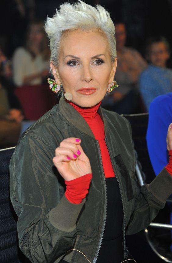 pelo gris blanco corto mujer mayor