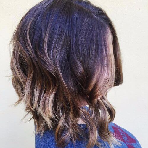 cabello castaño oscuro con reflejos de caramelo