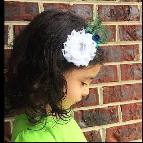 bob rizado con accesorio para el pelo de flores