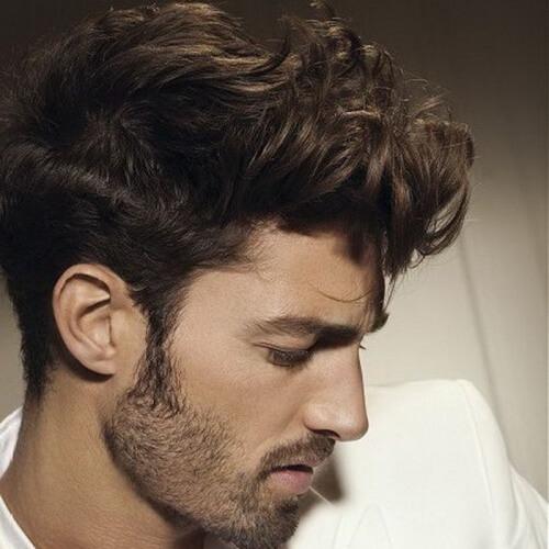 Peinados modernos rizos delanteros para hombres