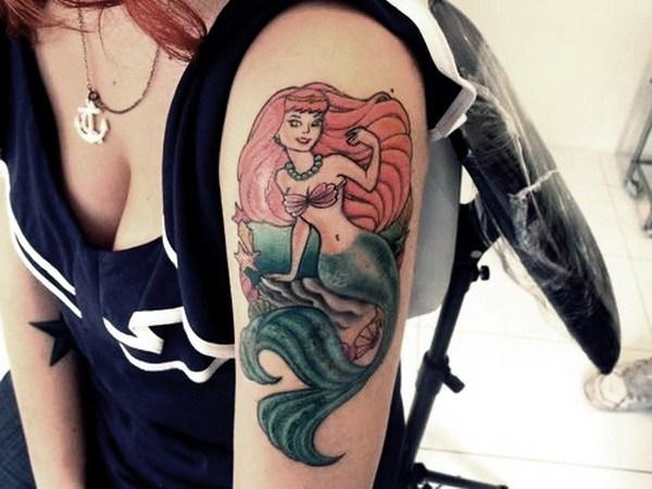 Fantástico tatuaje de sirena en la manga.