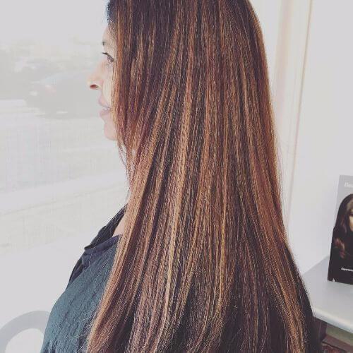 cabello castaño largo con reflejos rubios de caramelo