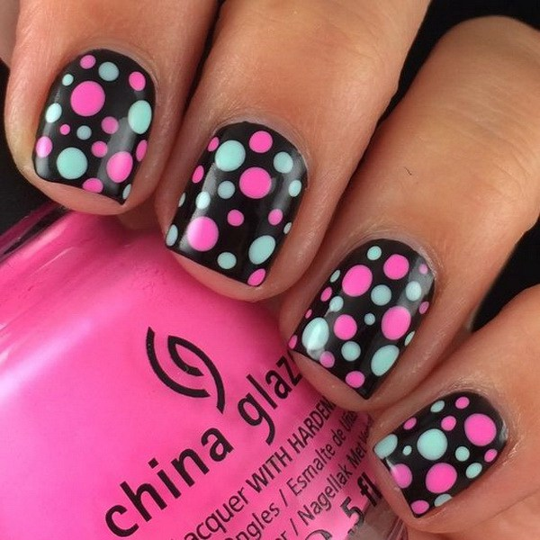 Mint Green and Pink Dots Nail Design para uñas cortas.  (a través de forcreativejuice.com)