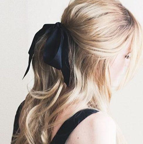 Peinados rubios inspirados vintage de la moda retro de la moda de 1960